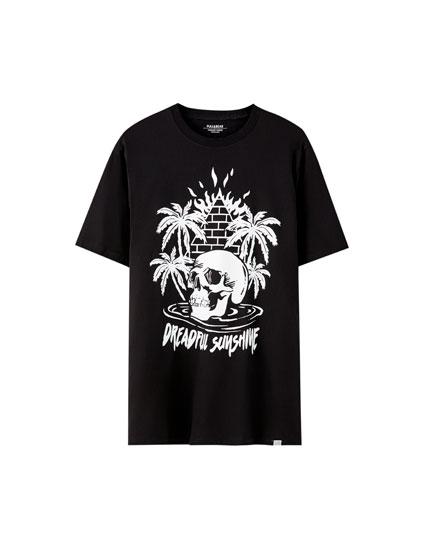 T-shirt básica com ilustração em contraste