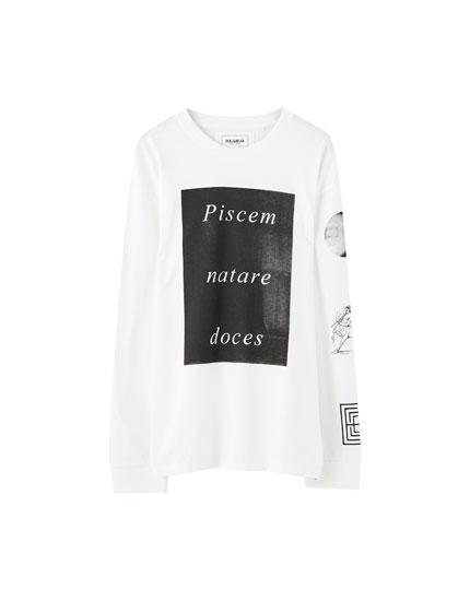 Λευκή μπλούζα με κείμενο στα λατινικά