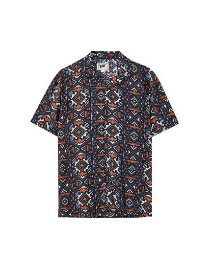 Rød skjorte i viskose med geometrisk mønster