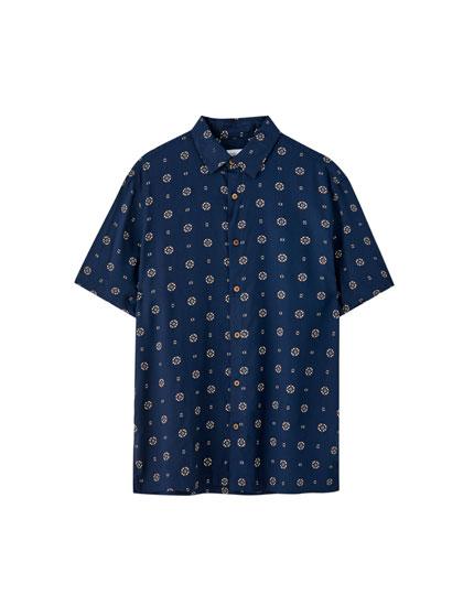 Camisa com estampado em contraste
