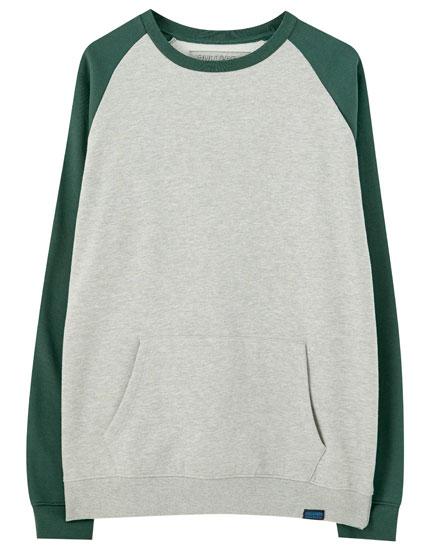 Contrasting raglan sleeve sweatshirt