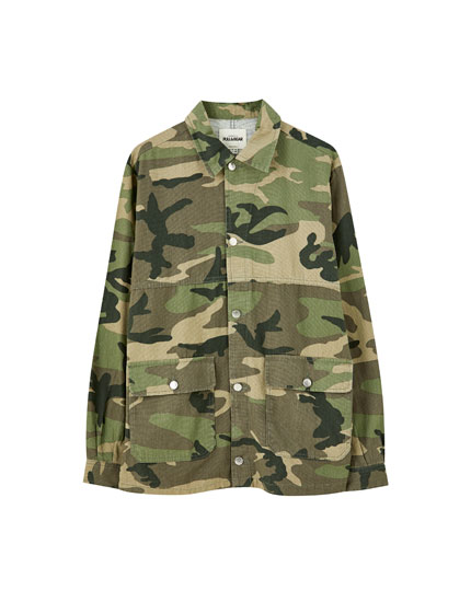Camouflage print jacket in khaki with pockets