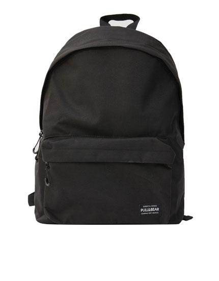 Mochila em preto com logótipo no bolso