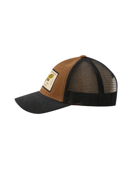 Kelebek yamalı şapka