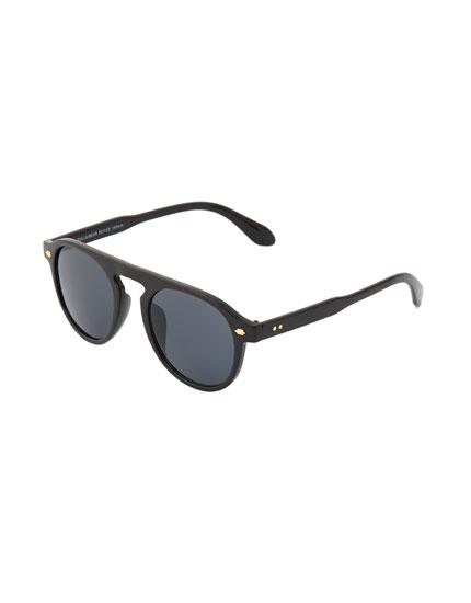 Retro sunglasses with black resin frame