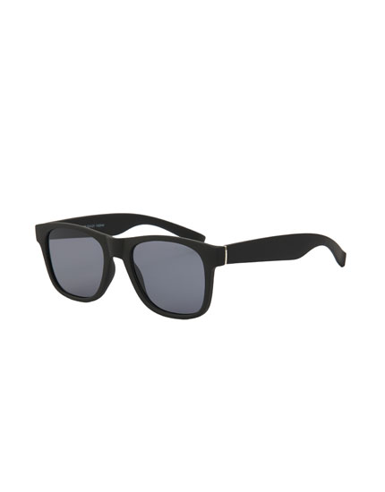 Classic black sunglasses with resin frame