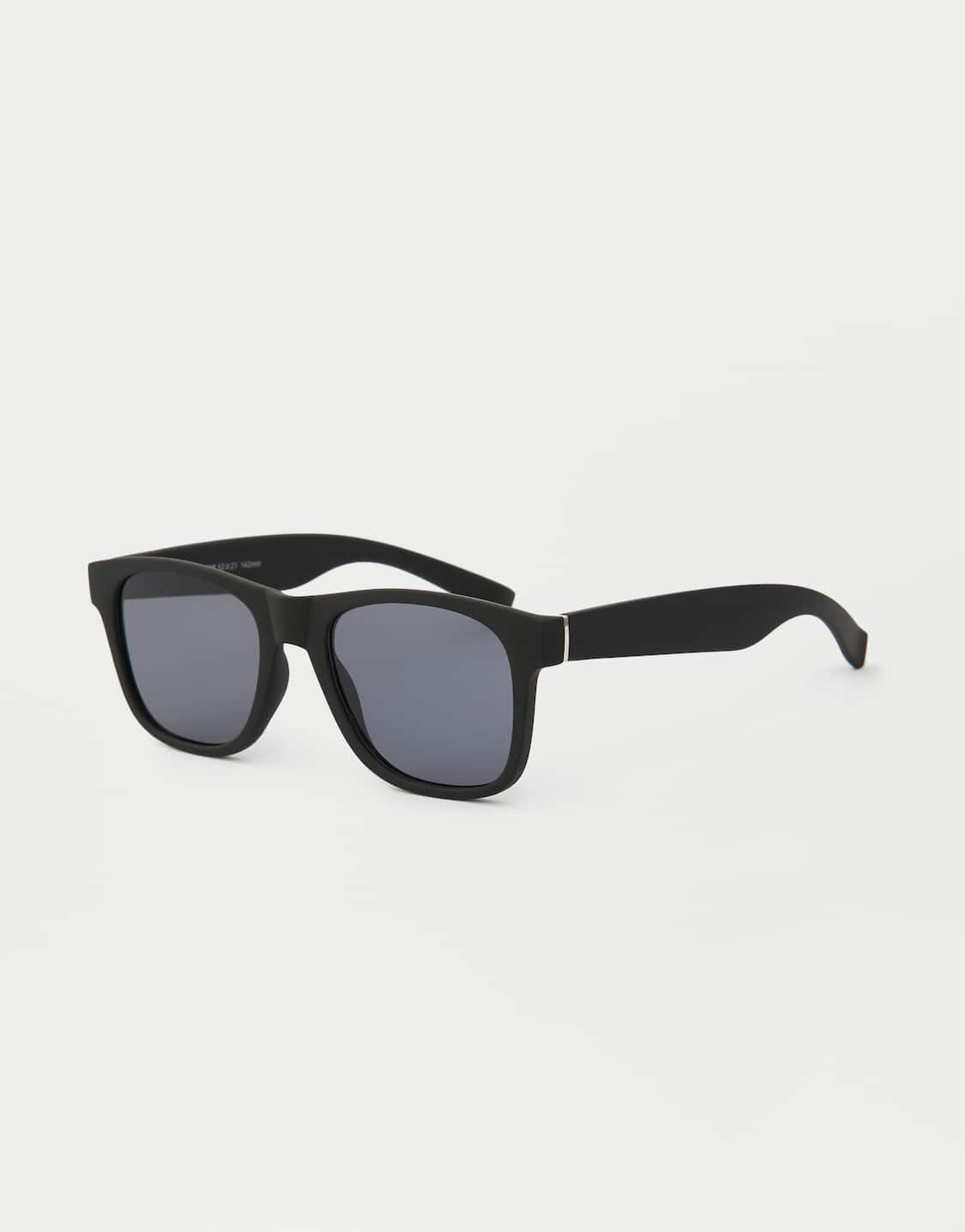 da66fe750 Óculos de sol com armação de massa preta clássicos - PULL&BEAR