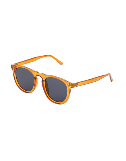 Sunglasses with caramel-coloured resin frame