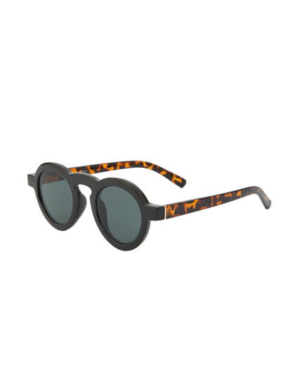 Sunglasses with thick round resin frames