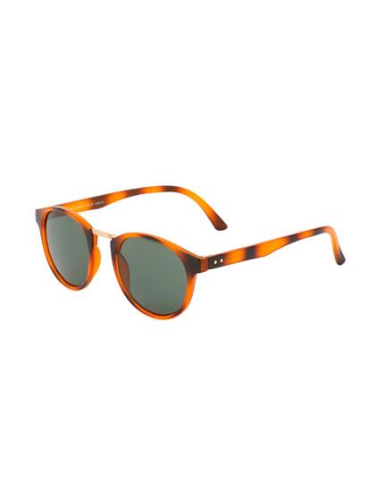 Óculos de sol com padrão tartaruga e ponte metálica