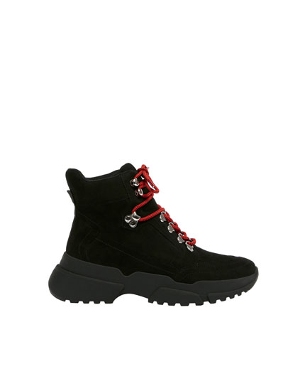 Mountain boots with lace detail