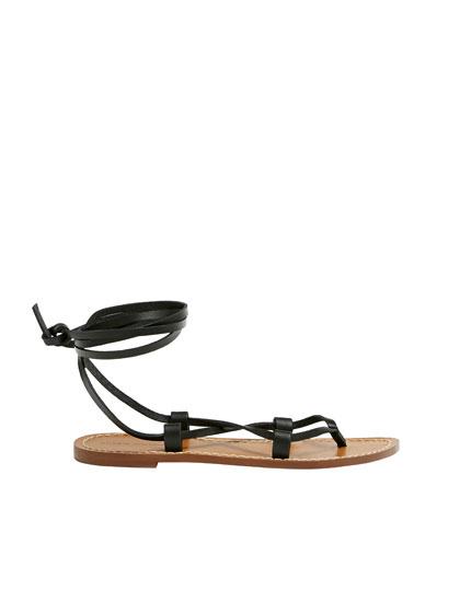 Sandália rasa de pele com tiras