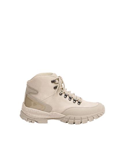 Μπότες σε στυλ ορειβασίας με λεπτομέρειες