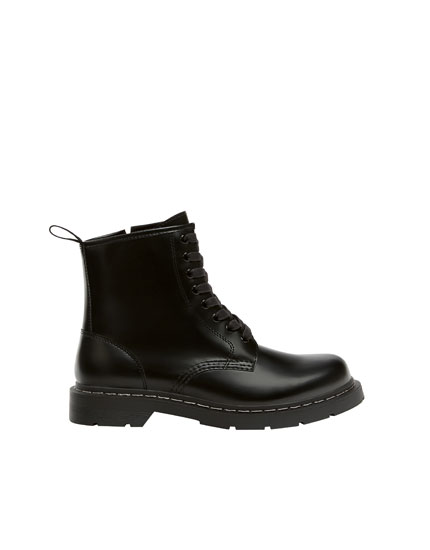 Boots with sole detail