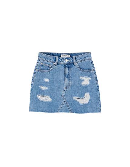 Pieguloši džinsa mini svārki ar plēsumiem