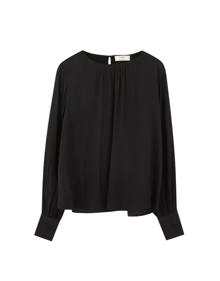 Long sleeve blouse with round neckline