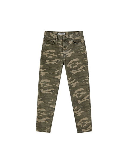 Pantaloni mom fit camuflaj