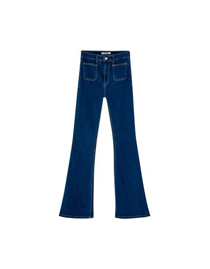 Jeans mit Schlag und aufgesetzter Tasche