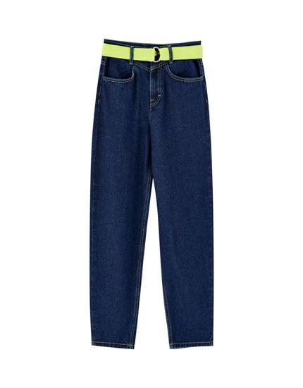 Jeans mom fit contraste flúor
