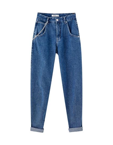 Jeans met wijde pijpen en ketting