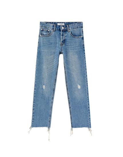 Gerade geschnittene Jeans mit Rissen am Knie