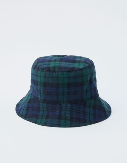 Cepure ar skotu stila rūtojumu