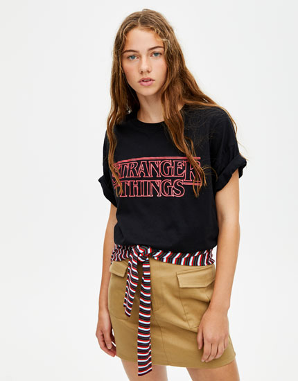 193ba35c93027 Playera Netflix Stranger Things logo neón - PULL BEAR