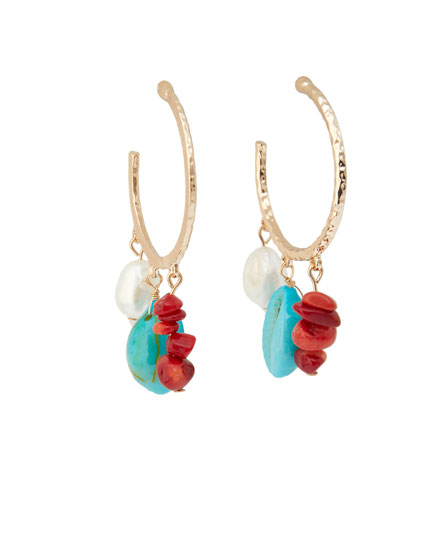 Hoop earrings with coral shells