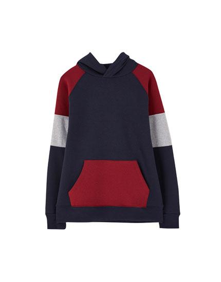Džemperis ar kapuci, krāsu laukumiem un uzrakstu