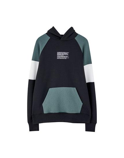 Sweatshirt com capuz e color block com mensagem