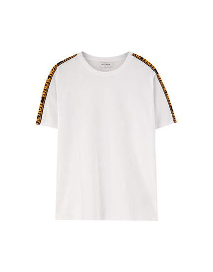 T-shirt med bånd på ærmerne