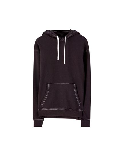 Džemperis ar kapuci un kontrastējošām vīlēm