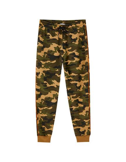 Calças jogger de estampado camuflagem com faixa lateral