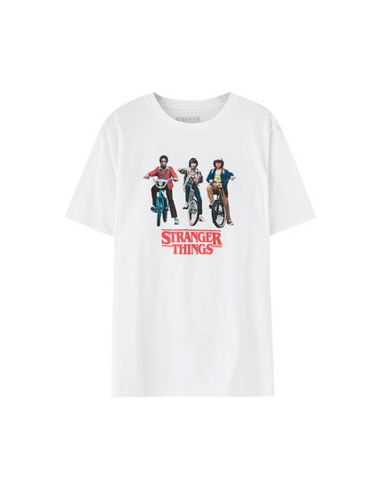 Playera Stranger Things con personajes en bici