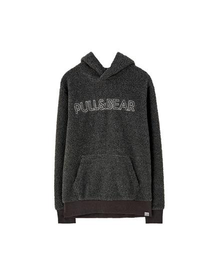 Mākslīgās aitādas džemperis ar logotipu