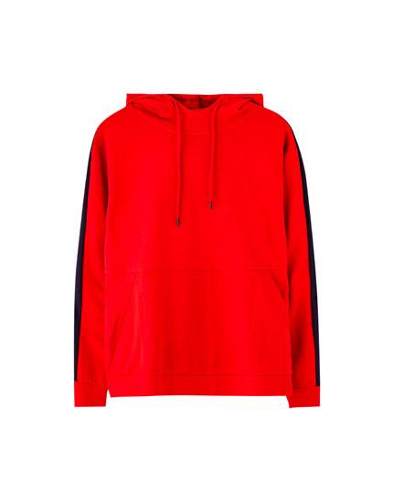 Sweatshirt com capuz e faixa lateral