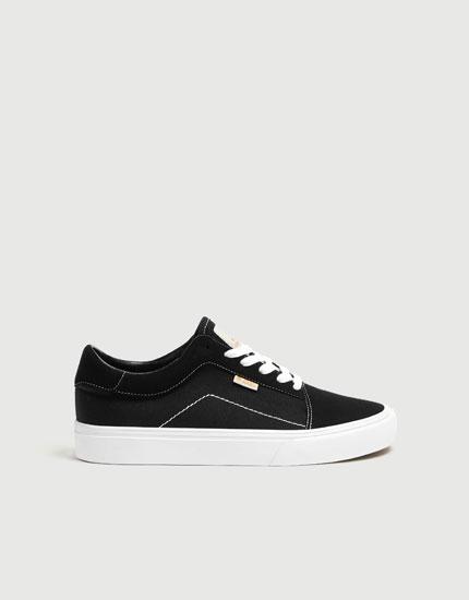 Schwarzer Sneaker im Streetstyle