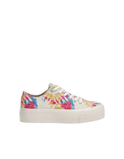 Sneaker mit Blockabsatz und Tie-Dye-Print