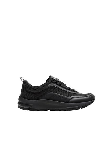 Schwarze Sneaker mit Volumensohle