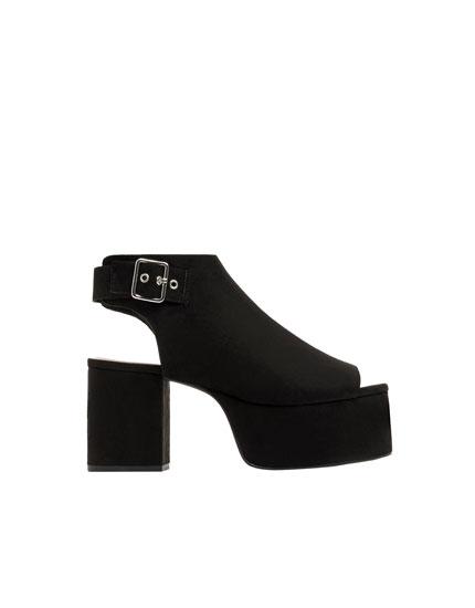 Schwarze Sandale mit Absatz und Plateau