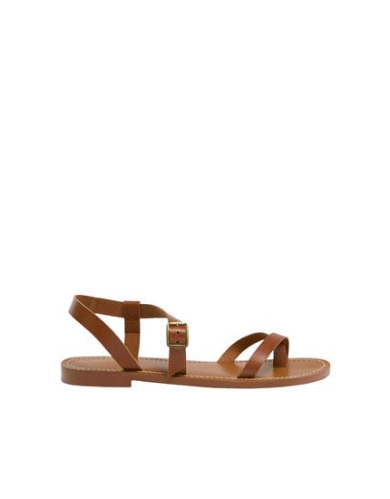 Sandália de pele às tiras