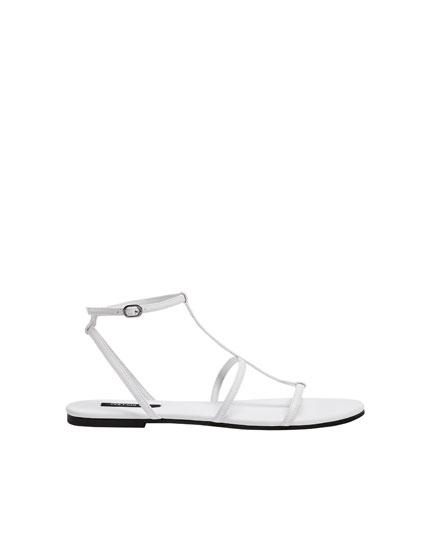 Flache Sandale mit weißen Riemchen