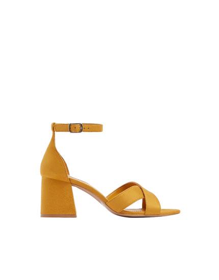 Senffarbene Basic-Sandale mit Blockabsatz