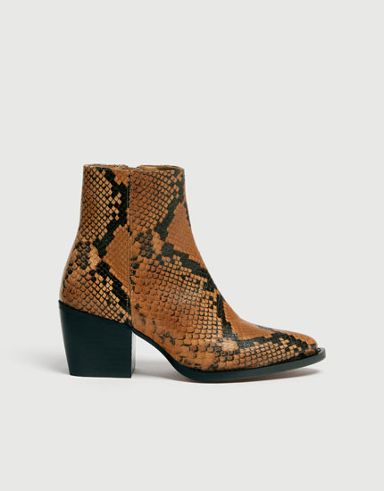 Kamelbrune ankelstøvler i skind i cowboy-stil med dyreprint