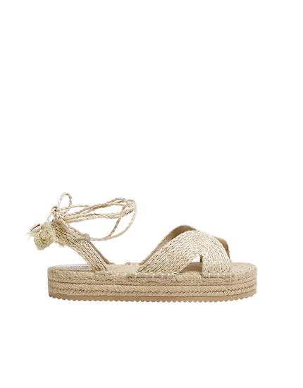 Tie-up jute sandals with little seashells