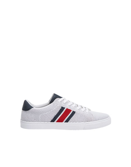 Weißer Sneaker mit Strickstreifen