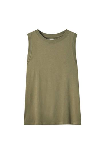 Sleeveless basic top with a round neckline