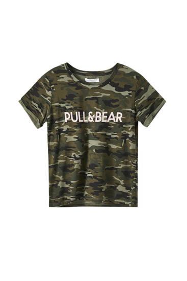 Basic, farvet T-shirt med logo i kontrast