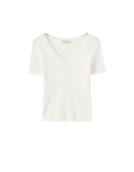 Basic T-shirt med ternet struktur og blondekanter