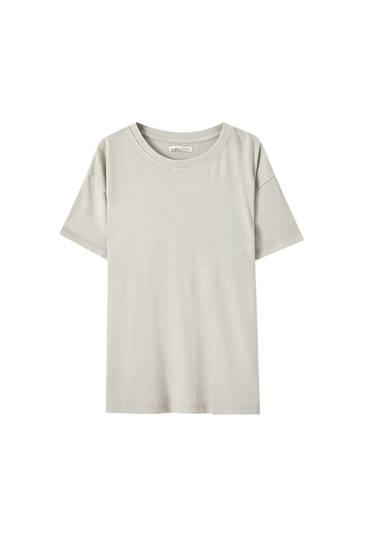 Базовая футболка объемного кроя с эффектом потертости